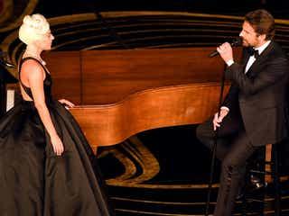 レディー・ガガ、涙の受賞 ブラッドリー・クーパーと「Shallow」感動的デュエットも<第91回アカデミー賞>