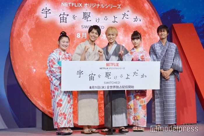 (左から)富田望生、重岡大毅、神山智洋、清原果耶、松山博昭監督(C)モデルプレス