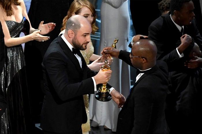 「ムーンライト」バリー・ジェンキンス監督(右)にオスカー像を渡す「ラ・ラ・ランド」チーム/photo:Getty Image