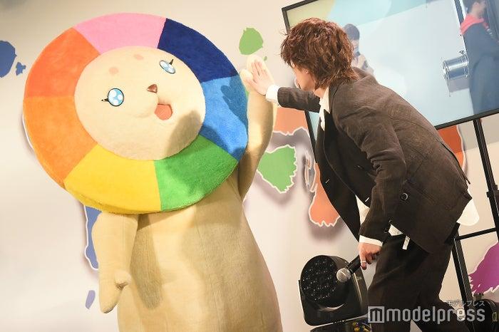 MXのマスコットキャラクターゆめらいおんとハイタッチする森田美勇人 (C)モデルプレス