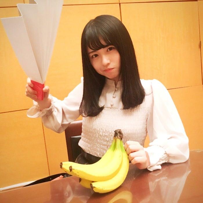 長濱うる(売る)/バナナのたたき売りに挑戦している長濱(提供写真)