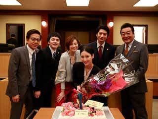 """菜々緒「リーガルV」出演者からサプライズ誕生会 """"菜々緒ポーズ""""ケーキに一同驚き"""