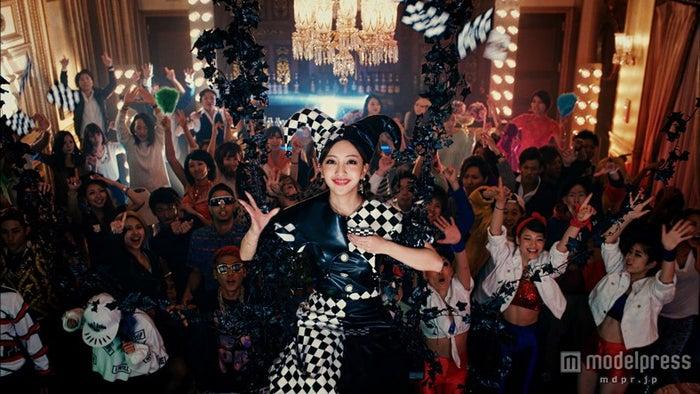 板野友美/「COME PARTY!」より(C)キングレコード