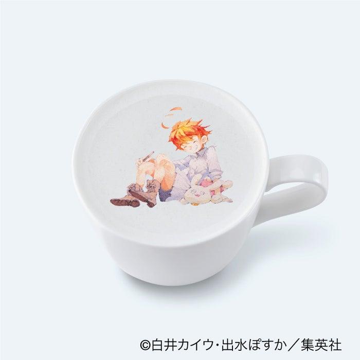 エマのカフェラテ850円(C)白井カイウ・出水ぽすか/集英社