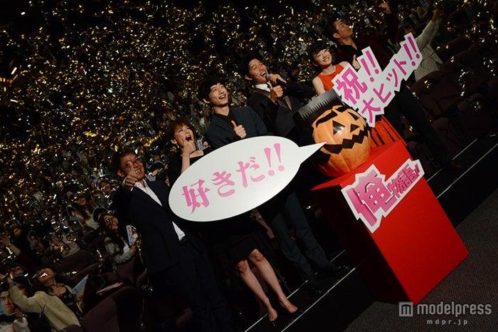 (左から)河合勇人監督、鈴木砂羽、坂口健太郎、鈴木亮平、永野芽郁、寺脇康文