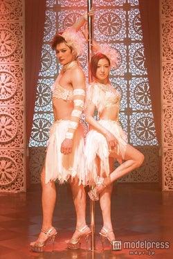 広末涼子、SEXYポールダンスで魅了 岡田将生も煌びやかな衣装に身を包む