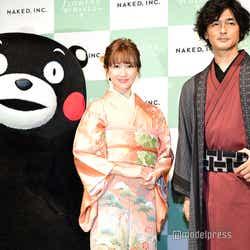 (左から)くまモン、紗栄子、村松亮太郎氏(C)モデルプレス