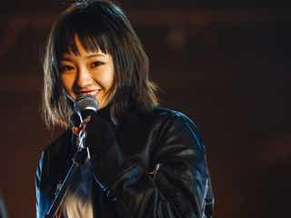 """欅坂46""""笑顔のオフショット""""にファン歓喜 新曲「ガラスを割れ!」MVメイキング写真公開"""