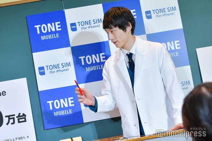 授業では使わなかったけど…先生風に赤ペンを持ってみる坂口健太郎(C)モデルプレス