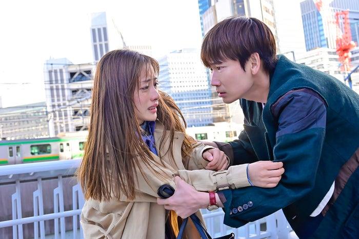 倫太郎(右:綾野剛)に問い詰められ、「私、人間じゃないの…」と告げる海音(左:石原さとみ)(C)日本テレビ