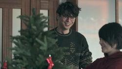 クリスマスツリーの飾り付けをする至恩、つば冴「TERRACE HOUSE OPENING NEW DOORS」10th WEEK(C)フジテレビ/イースト・エンタテインメント