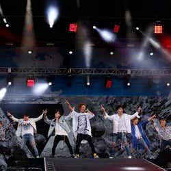 (左から)SONG、CHAN、JAY、BOBBY、JU-NE、B.I、DK(画像提供:avex)