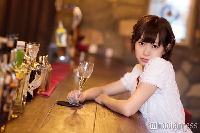 """渡辺美優紀、大人のオンナに?ワイン片手に色気漂う…― 女だって""""ひとりバー""""がしたい!(C)モデルプレス"""