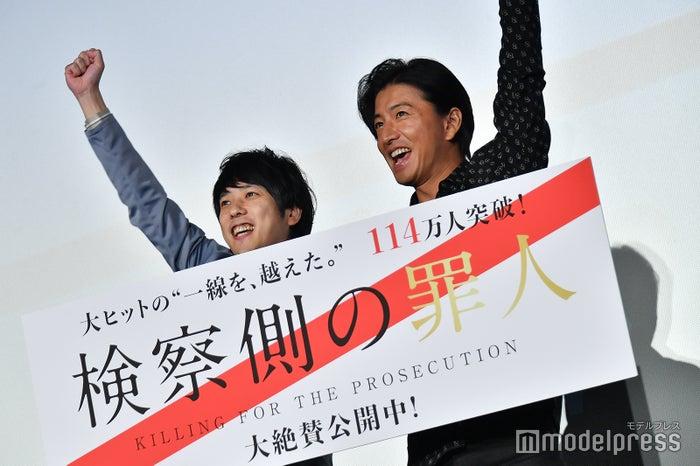 フォトセッションではしゃぐ二宮和也(左)&木村拓哉(右)/(C)モデルプレス