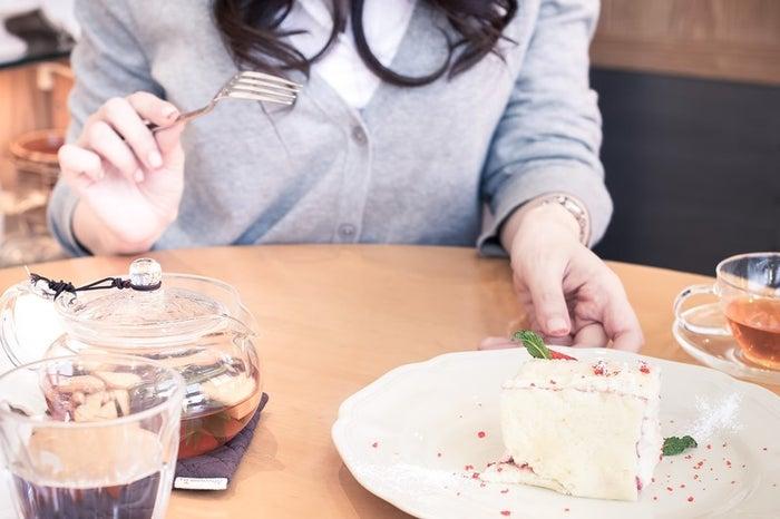 食べ物を口実に誘ってみるのも良いかも/photo by ぱくたそ