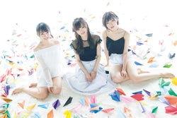 (左から)山本彩加、山本彩、太田夢莉(C)Takeo Dec.、光文社