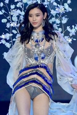 ランウェイで倒れたモデル ミン・シー、胸中告白 VSモデルたちが続々コメント【動画あり】<ヴィクシーショー2017>