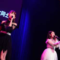 小嶋陽菜、伊豆田莉奈「AKB48グループ同時開催コンサートin横浜~来年こそランクインするぞ決起集会~」(C)AKS