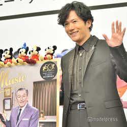 ミッキーマウスのぬいぐるみに話しかける稲垣吾郎「ミッキーも手を振って!」(C)モデルプレス