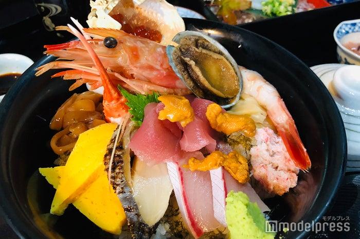 新鮮なネタが盛りだくさんの「特選海鮮丼」2,200円(税込)(C)モデルプレス