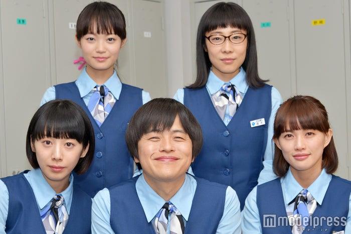 (左上から時計回りに)佐藤玲、山田真歩、臼田あさ美、バカリズム、夏帆 (C)モデルプレス