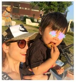 息子を抱く笑顔の吉澤ひとみ/吉澤ひとみオフィシャルブログ(Ameba)より