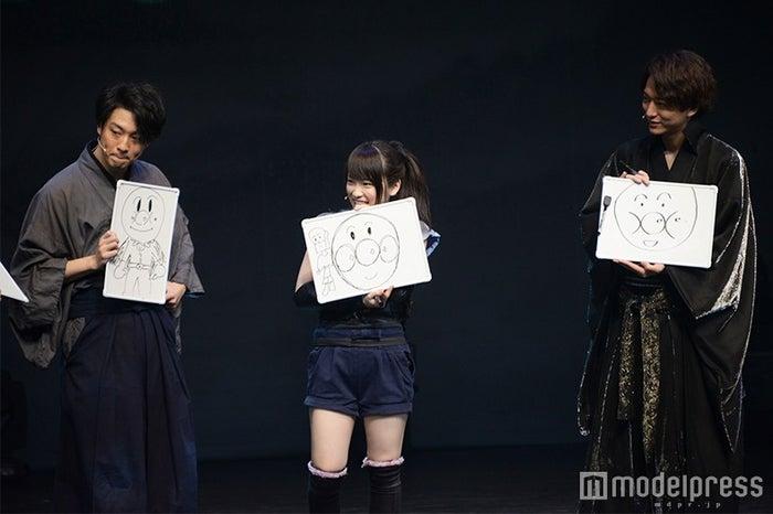 アンパンマンの絵を披露する渡部秀、川栄李奈、浅香航大(C)モデルプレス