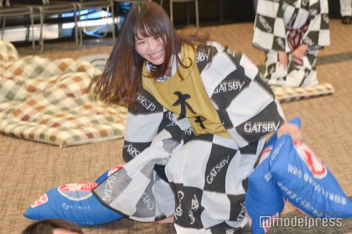 10秒で相手の陣地から枕を回収する松村香織 (C)モデルプレス