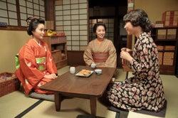 徳永えり(中央)、てん(葵わかな/左)に終生付き従う元女中のトキ役を好演/「わろてんか」(C)NHK