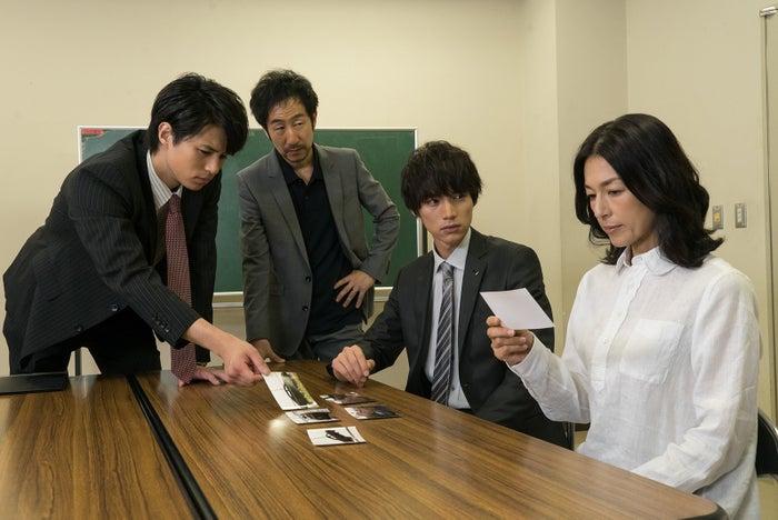 (左から)佐伯大地、矢柴俊博、福士蒼汰、鈴木保奈美/日本テレビ系ドラマ「愛してたって、秘密はある。」より(画像提供:所属事務所)