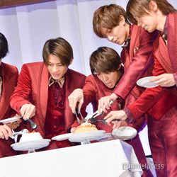 ケーキをデコレーションする高橋海人、岸優太、平野紫耀、永瀬廉、神宮寺勇太 (C)モデルプレス