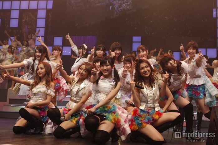 「真夏のsounds good!」を披露したAKB48(C)AKS