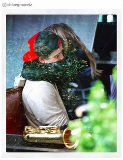 """クロエ・グレース・モレッツ&ベッカム長男・ブルックリンのアツアツぶりが止まらない!""""密着ハグ""""ショットに反響"""