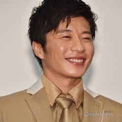 「笑顔ください」と言われ限界まで笑顔を見せる田中圭(C)モデルプレス