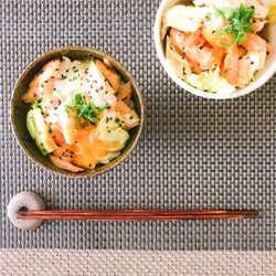 蒸し鶏と春キャベツの甘辛丼~温玉のせ~/画像提供:柏原歩