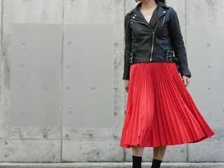 ベーシックアイテムに'赤スカート'をプラスするだけで旬顔コーデに◎
