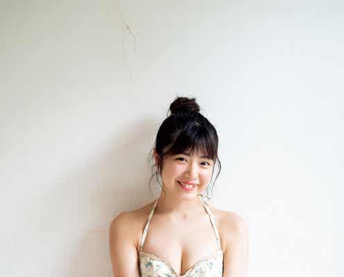 吉田莉桜、水着姿&癒やしの笑顔に釘付け