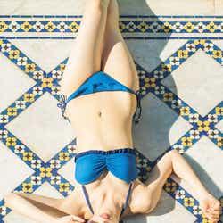 モデルプレス - 乃木坂46西野七瀬、美くびれ際立つ水着ショット 大人な表情にドキッ