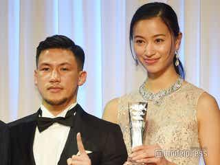 高橋ユウ&K-1卜部弘嵩選手、ベストカップル賞受賞も姉・メアリージュンが代理で登壇