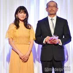 (左)久松郁実(C)モデルプレス