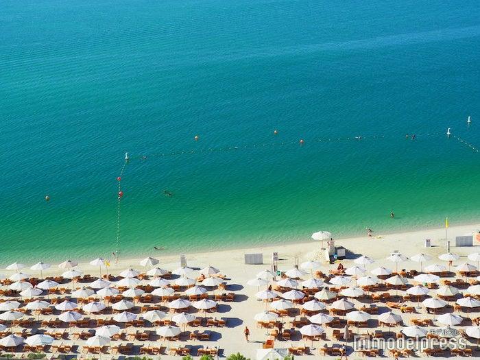 ホテルの目の前のビーチの様子(C)モデルプレス