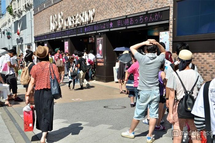 「AKB48 CAFE」にもファンが行列をつくっている