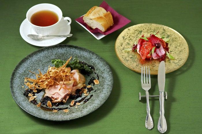 タイアップランチ「Art for All」/前菜はフルーツトマト、苺、グリオットチェリーのマリネ。メインは国産豚肩肉のローストポークと、筍・ごぼうのフリット。11:00~14:00、2,376円(税込)/画像提供:三菱一号館美術館