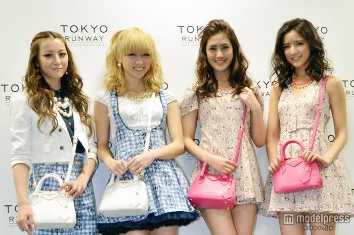 「東京ランウェイ2014 SPRING/SUMMER」に出演した(左から)Shizuka、Ami、藤井夏恋、藤井萩花