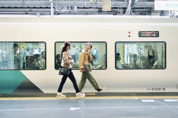 東京から山梨へ向かうなら、新宿駅始発の特急「あずさ」でお出かけしましょ!(C)モデルプレス