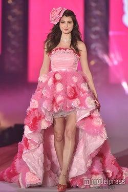 マギー、ピンクのフラワードレスで登場 キュートな笑顔振りまく<GirlsAward 2015 S/S>