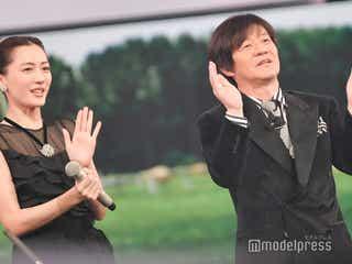 綾瀬はるか&櫻井翔&内村光良、司会者陣がラグビーチームソング「ビクトリーロード」合唱 リトグリステージ盛り上げる