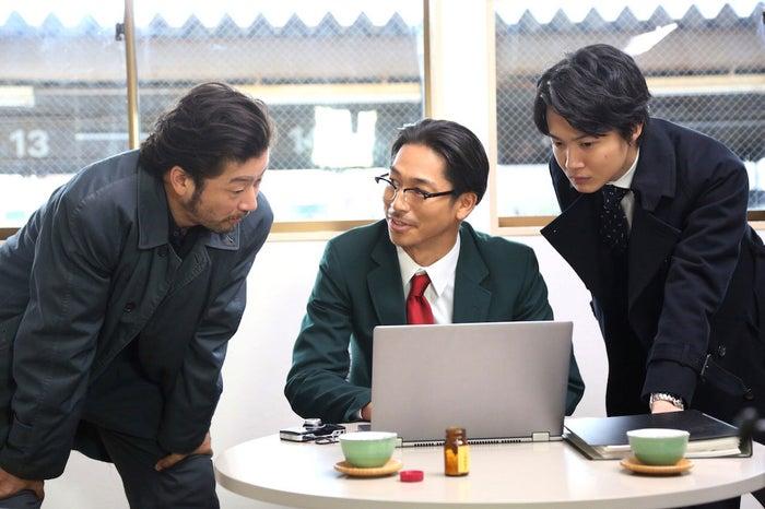 (左から)浅野忠信、AKIRA、神木隆之介(C)フジテレビ
