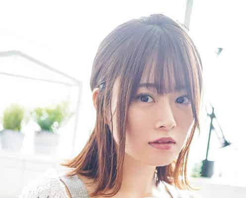 乃木坂46山崎怜奈、見つめる姿にドキッ 「ボム」初ソログラビアで溢れる透明感