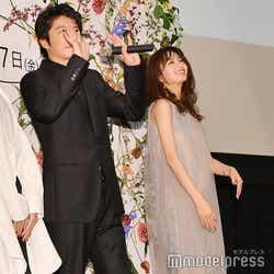 客席に手を振る田中圭、岡崎紗絵 (C)モデルプレス